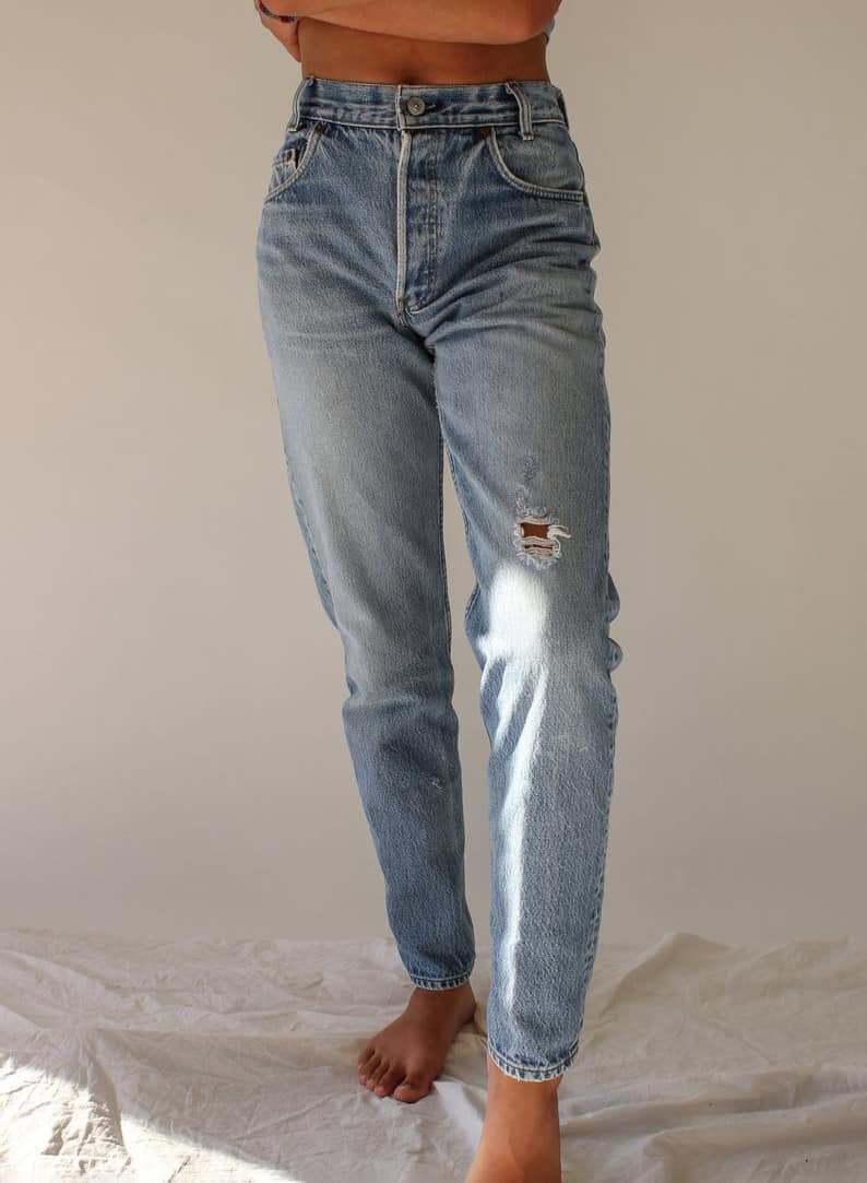 LEVIS LIGHT WASH JEANS