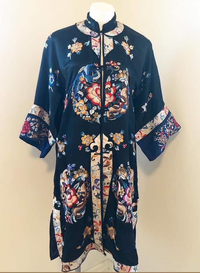 VINTAGE 1920s : 1930s Hand-Embroidered Chinese Silk Souvenir Robe